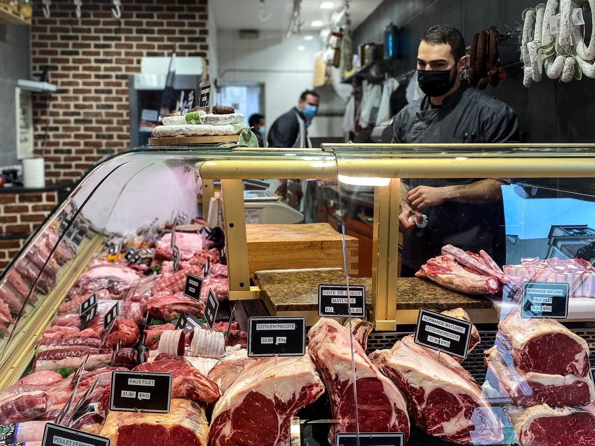 Romain de la boucherie Billot du coin présente sa vitrine de viandes en provenance de producteurs français